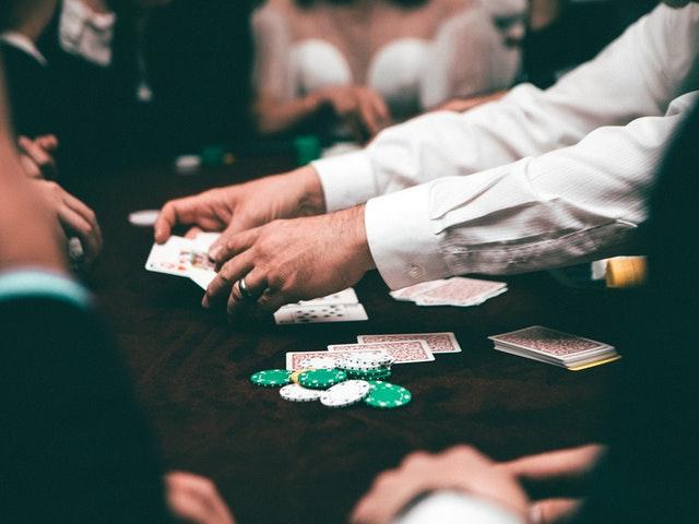 ブラックジャックは、そのようなカードゲームの1つであり、開始時から少し変わっていません。ただし、以前よりも多くのバリエーションがあると主張するかもしれません